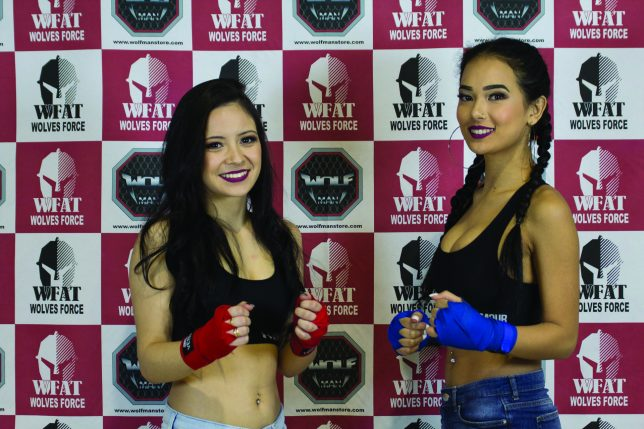 Ring Girls na frente do Backdrop